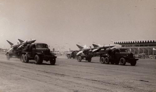 Parade rudal SA-2 dalam sebuah defile tahun 60-an di Istora Senayan
