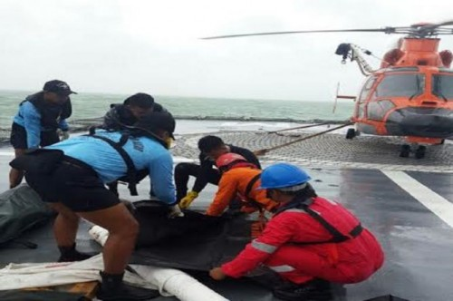 Evakuasi korban Air Asia QZ8501, Dauphin saat di atas dek KRI Bung Tomo 357.