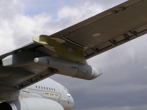 Pod air refuelling pada hard point sayap untuk teknik pengisian hose.