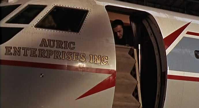 James Bond (Sean Connery) sekilas tampak di dalam kabin JetStar.