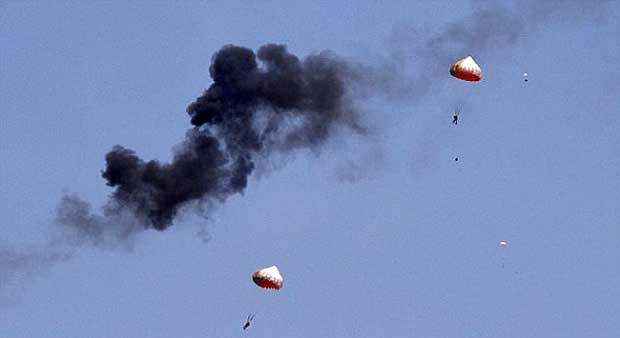 Sesaat setelah pilot Wong Bee Jupiter TNI AU berhasil lepas dari kursi pelontar dalam insiden di Langkawi.