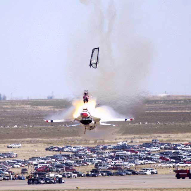 Pilot tim aerobatik Thunderbirds dengan F-16-nya setelah kehilangan kendali atas pesawatnya.