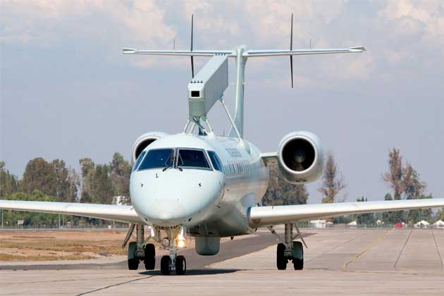 Sistem radar Erieye pada pesawat jet Embraer 145.