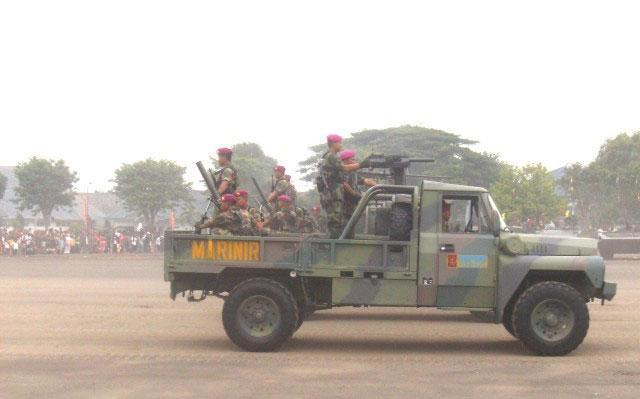 ACMAT VLRA 4X4 STL Marinir TNI AL dipasangi pelontar granat AGL-40 dan mortir 81mm. (Foto: Ardava.com)