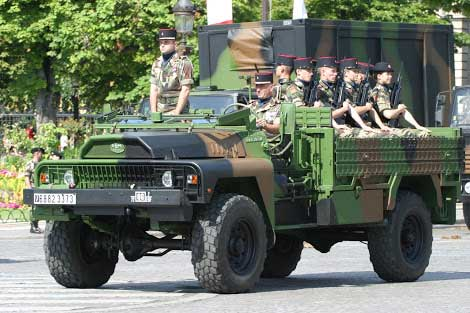 Selain prajurit dengan senjata FAMAS, truk ACMAT 4x4 juga menjadi salah satu identitas militer Perancis.
