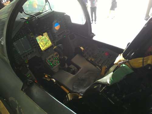 Teknologi kendali pada kokpit mengandalkan fly by optics.