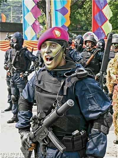 Prajurit DenJaka Marinir TNI AL juga menggunakan MP5SD.