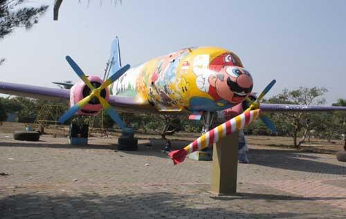 Pada tahun 2012, monumen Il-14 di cat dengan model Mario Bross.
