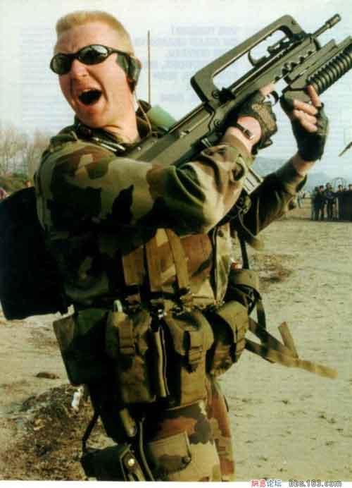 Prajurit Perancis dengan FAMAS yang dilengkapi pelontar granat M203.