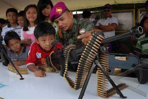 Prajurit Marinir TNI AL dengan Minimi.