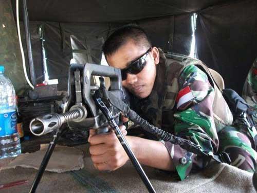 Prajurit TNI dengan FAMAS.