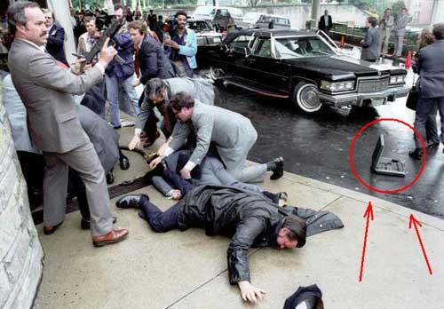 Tampak koper SMG juga terpapar dalam insiden penembakan Presiden Ronald Reagen. Koper tersebut digunakan agen Secret Service.