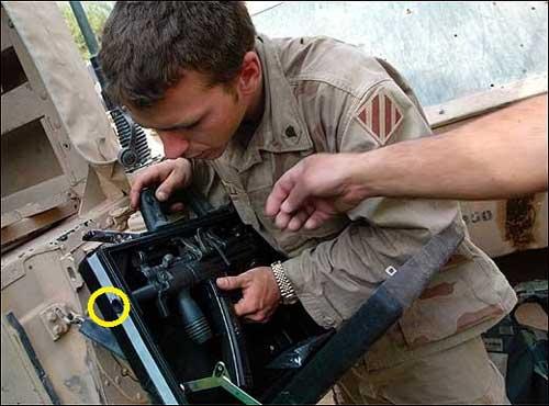 Pasukan AS sedang memantai koper MP5K. Firing port pada lingkaran warna kuning.
