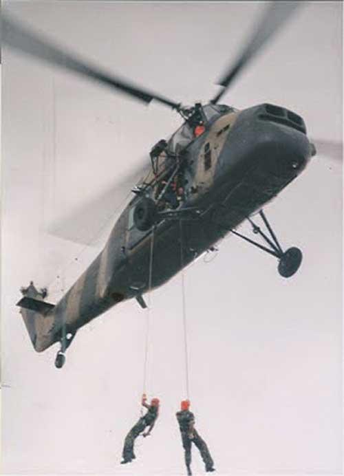 S-58T beraksi dengan hoist untuk misi SAR.