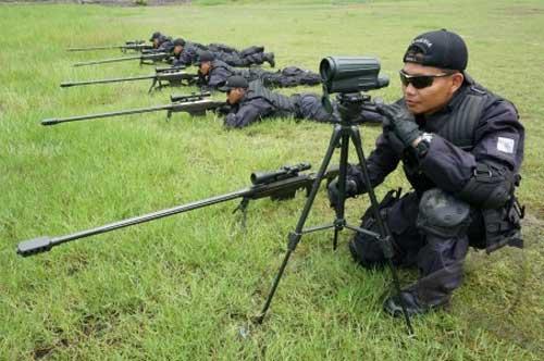 Spotter Taifib Marinir TNI AL beraksi dengan teropong observasi lensa obyektif tunggal.
