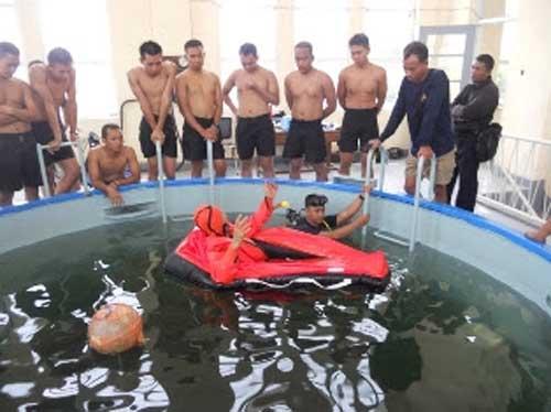 Latihan calon awak kapal selam TNI AL.