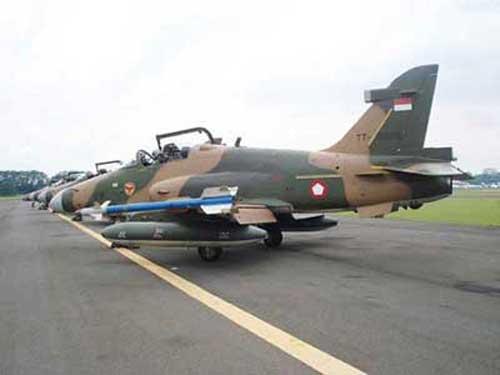 Hawk 209 dengan AIM-9 Sidewinder.