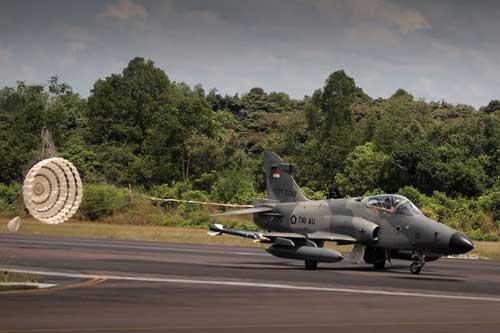 Hawk 209 mendarat dengan drag chute.