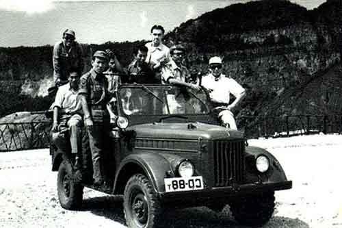 Komando GAZ 69 berrpose di kawah Gunung Tangkuban Perahu.