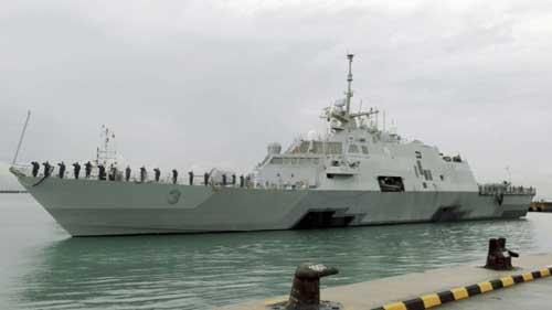 USS Fort Worth saat berada di Singapura