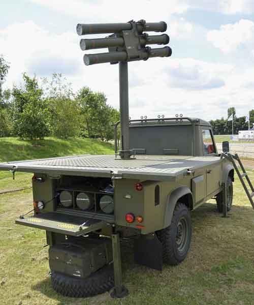 Platform ini dioperasikan secara manual, pada bagian bawah deck terdapat ruang penyimpanan rudal cadangan.
