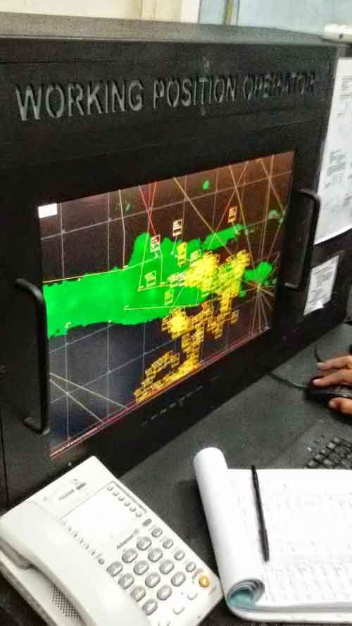 Disiplay latar radar memperlihatkan situasi di Pulau Jawa,