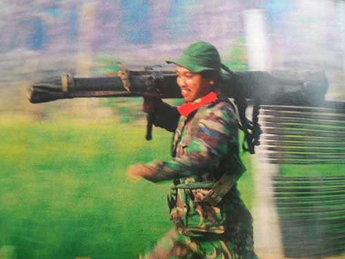 Prajurit TNI menggotong Carl Gustaf dalam Latgab ABRI tahun 1992.