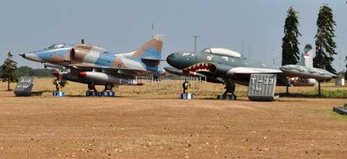 A4 Skyhawk dan T-33A Bird.