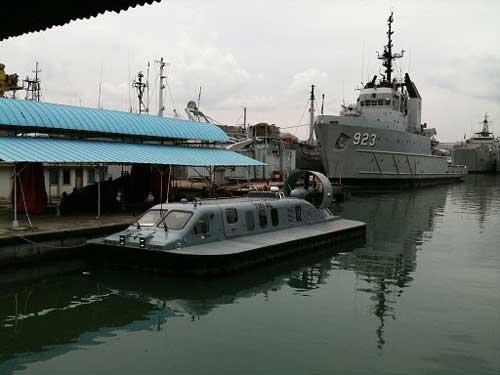 Lumba-Lumba dengan latar kapal tunda samudera.
