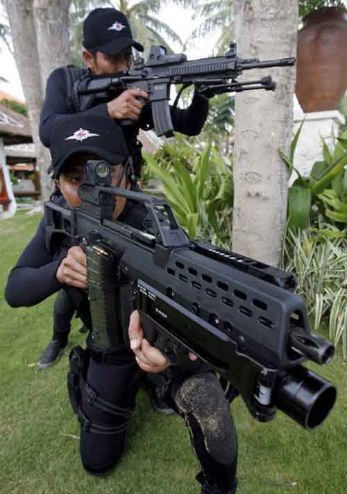 Pasukan Denjaka TNI AL ready to action dengan G36+AG36. Nampak di latar personel dibelakang menggunakan H&K HK416.