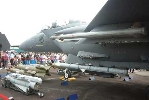 AIM-120 AMRAAM terpadang di jet tempur F-15SG Singapura.