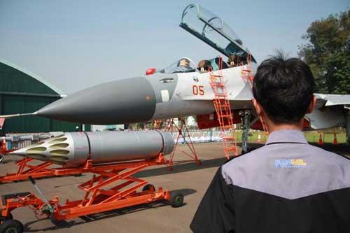 Peluncur roket S-8 pada Sukhoi Su-30MK2 TNI AU. Foto: Formil.kaskus