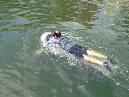 DPD melaju di permukaan air sungai.