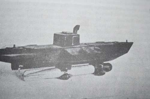 Kapal selam Ginangan dengan membawa torpedo pada bagian luar lambung.