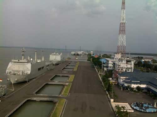 Pemandangan dari atas Monjaya, nampak latar di kejauhan jembatan Suramadu.