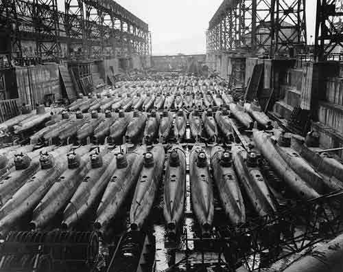 Puluhan kapal selam mini (Type C) di kota Kure pasca kekalahan Jepang dalam PD II.