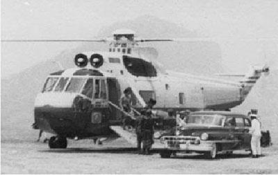 Presiden RI Soekarno dengan Sikorsky S-61 saat meresmikan bendungan Jatiluhur 1965.