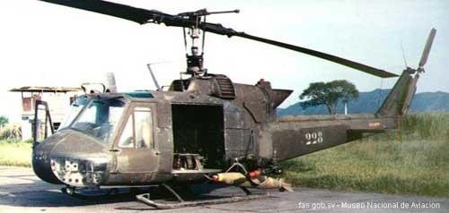 Varian militer UH-1B milik El Salvador tampil ekstrim dengan membawa bom MK82.