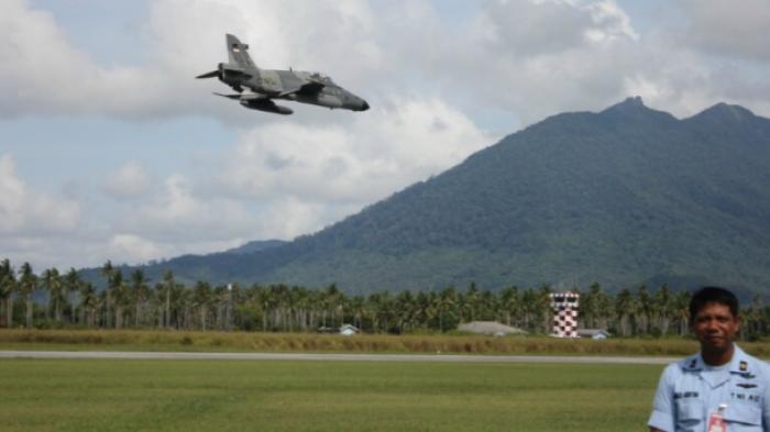 Hawk 209 melintas diatas Lanud Ranai.