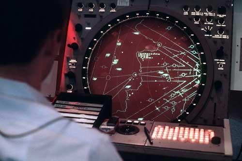 Operator radar FPS-117.