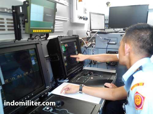 Operator di dalam shelter Command Post.