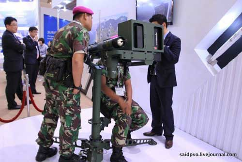 Personel Marinir TNI AL sedang menjajal simulator Chiron.