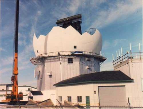 Instalasi radar FPS-117 pada radome (kubah) pelindung.
