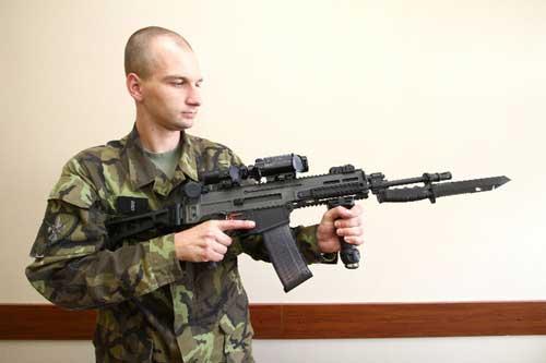Tampil dengan bayonet terpasang.