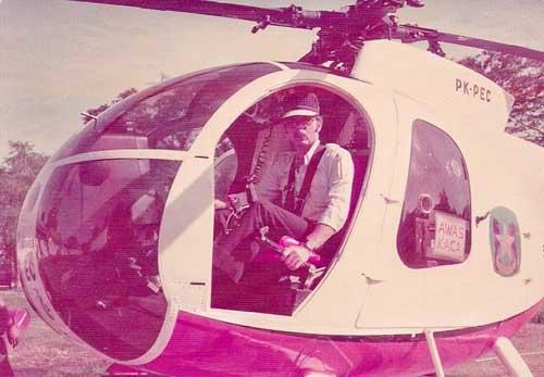 Hughes 500C Pelita Air Service yang dipiloti Bill Perkins saat mendarat di kawasan Sumatera Utara tahun 1976. (Foto: Bill Perkins)