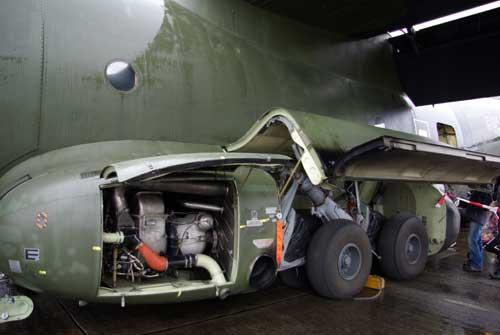 Landing gear dan perangkat APU (Auxiliary Power Unit)