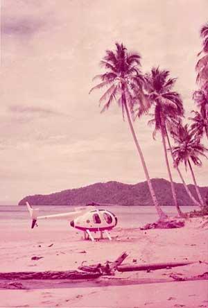 Hughes 500C Pelita Air Service PK-PEW di salah satu pantai Papua. (Foto: Bill Perkins).