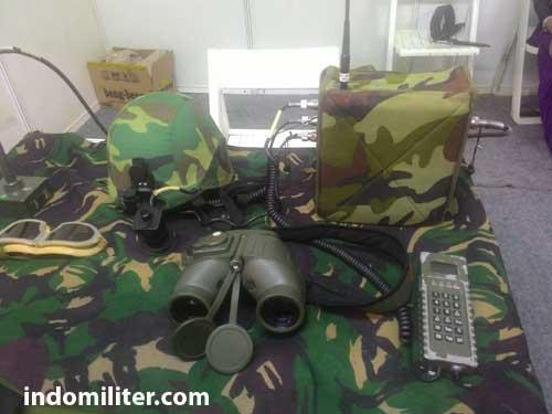Beragam perlengkapan Satuan Tembak QW-3. IFF interrogator nampak berupa tas mini berwarna loreng. Perangkat ini menyambungkan kabel yang berisi data informasi ke sistem rudal atau TDR (target data receiver),
