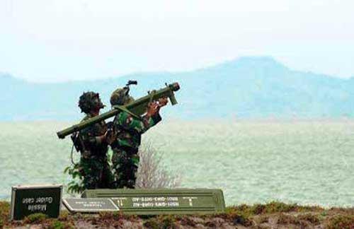 Posisi standar penembakkan QW-3 dengan dipanggul.