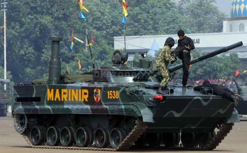 Demo beladiri awak tank  BMP-3F, dalam gambar personel berbaju loreng mengenakan helm TSH-4M.